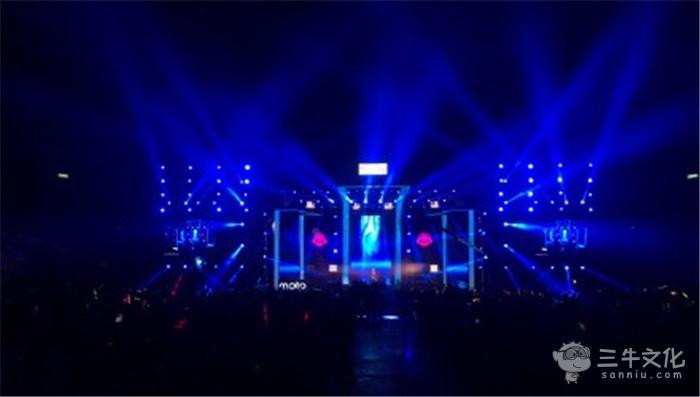 案例 案例详情  演唱会现场气氛热烈,歌手卖力,观众热情.   互动环节